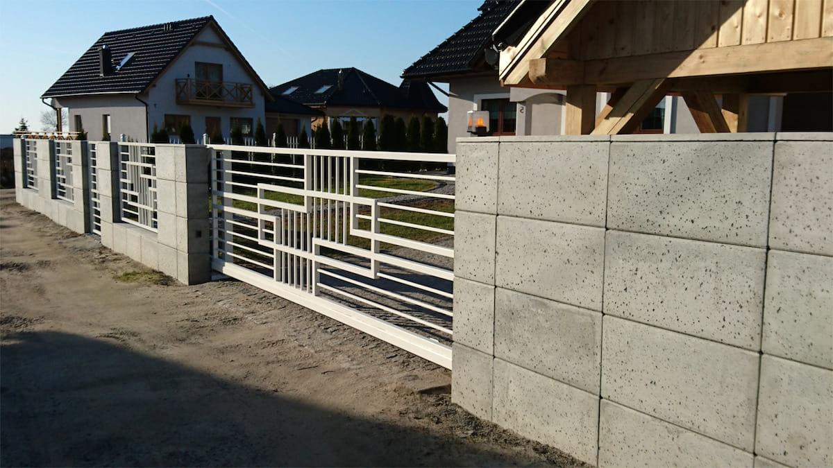 Красивый комбинированный забор из бетонных блоков и металла