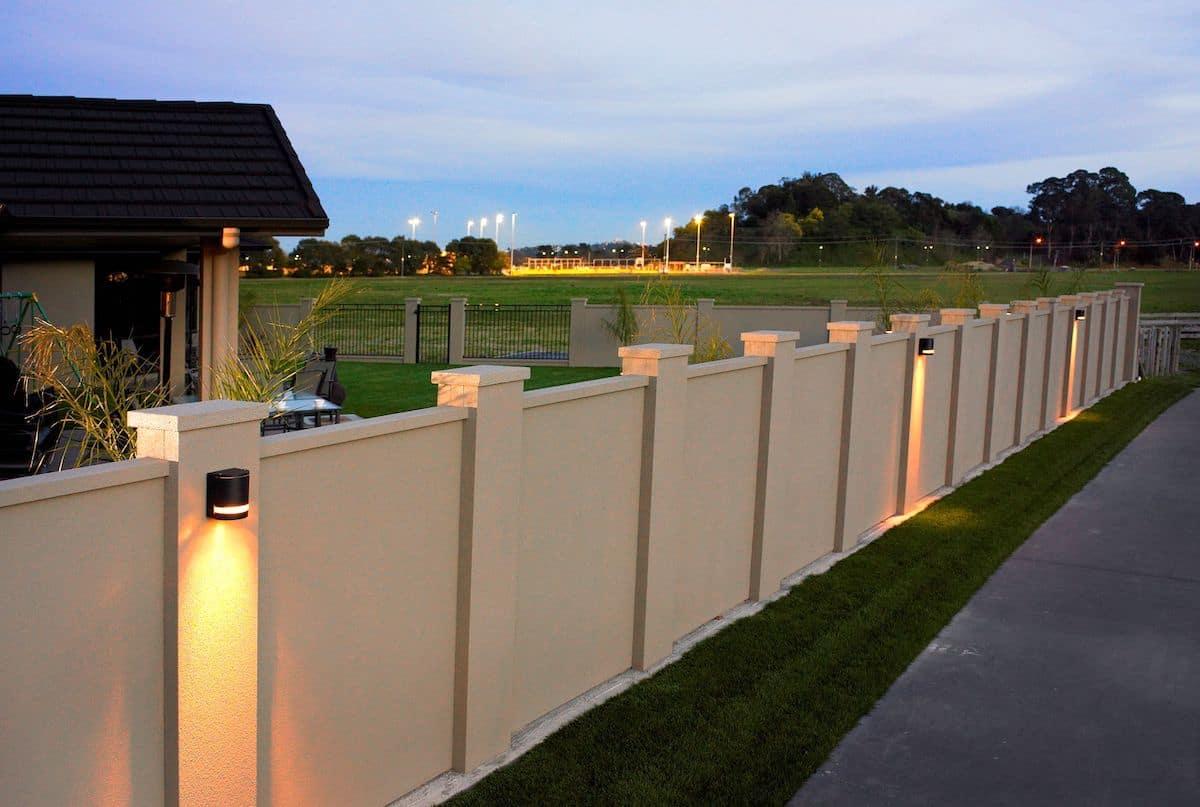 Бетонная стена с красивой подсветкой
