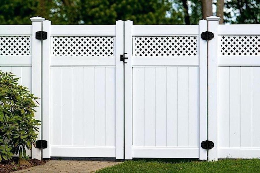 Белоснежный забор выглядит аккуратно и элегантно