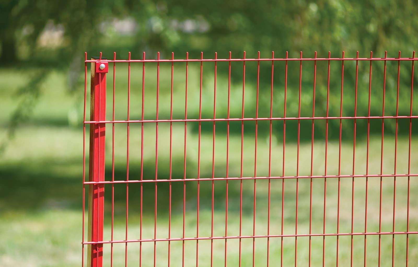 Прочный и надежный металлический забор красного цвета