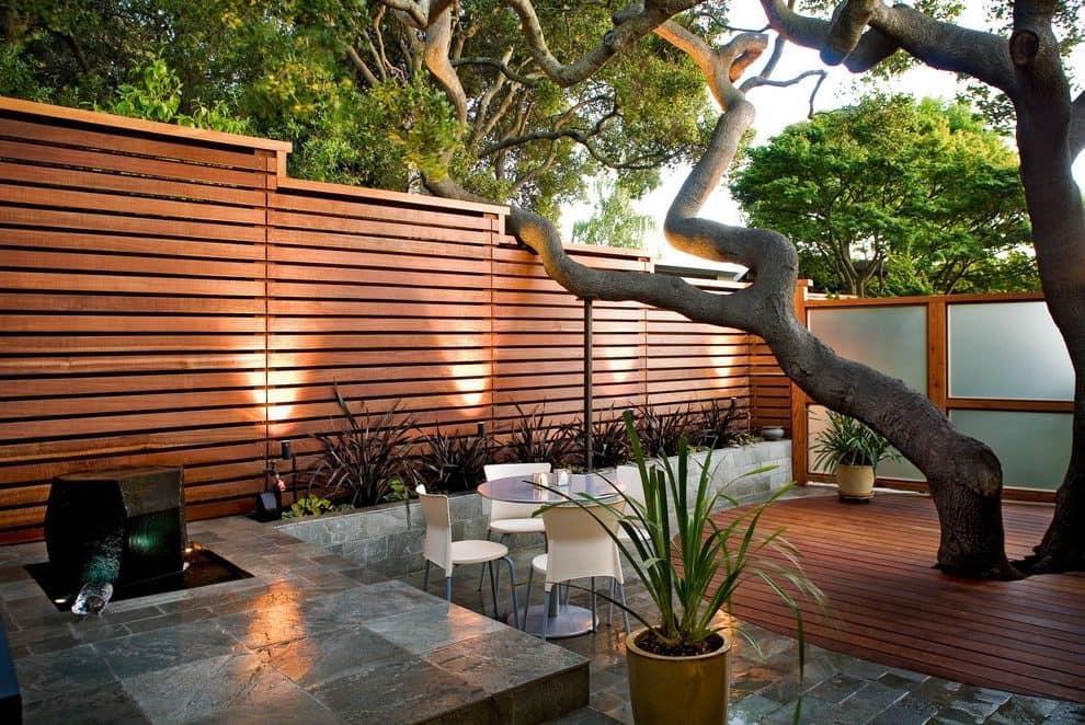 Интересное решение организации внутреннего двора, на фото видно, что дерево является объектом всеобщего внимания