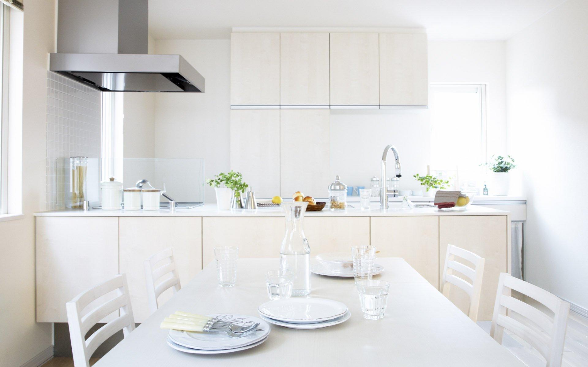 маленькая кухня в светлом цвете