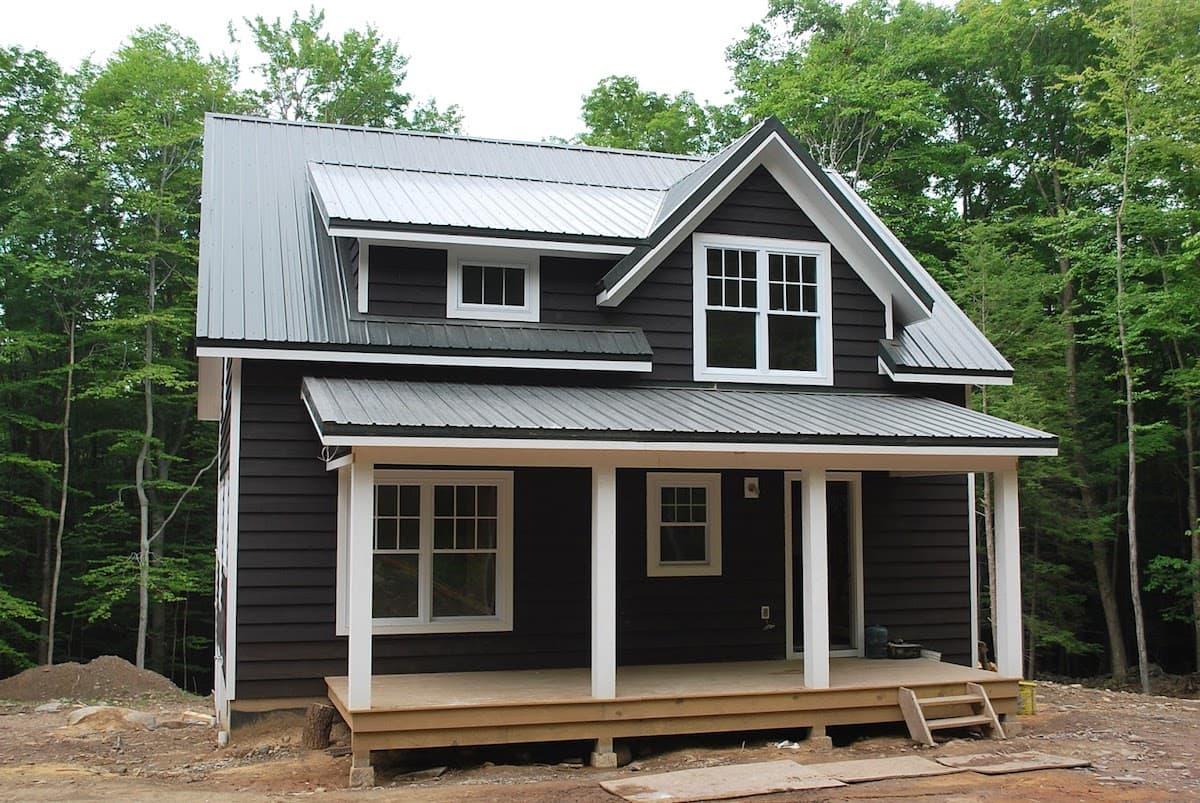 Белые деревянные наличники добавляют дому особый колорит и стиль