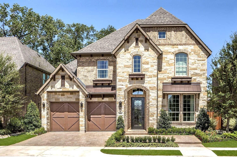 Фасад из натурального камня смотрится роскошно и очень выигрышно на фоне других отделочных материалов