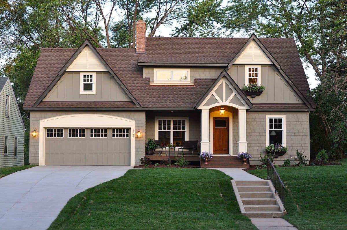 Стильный и современный загородный дом с мансардой и большим гаражом