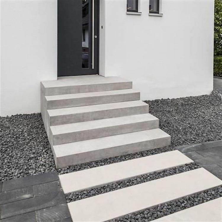 Простое крыльцо из монолитного бетона