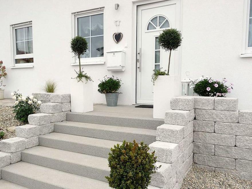 Интересный дизайн крыльца из камней и бетона