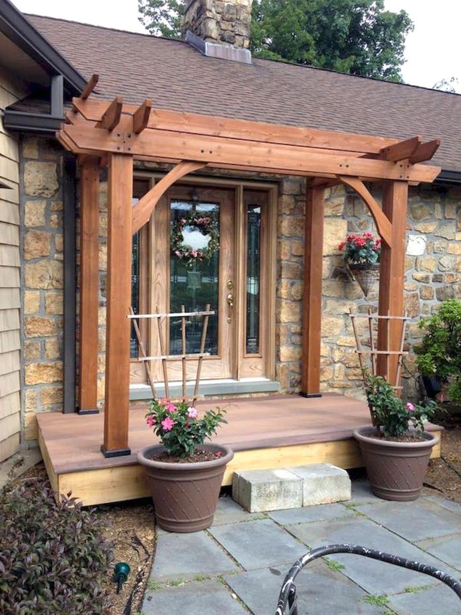 Удачная планировка деревянного крыльца пристроенного к дому из камня