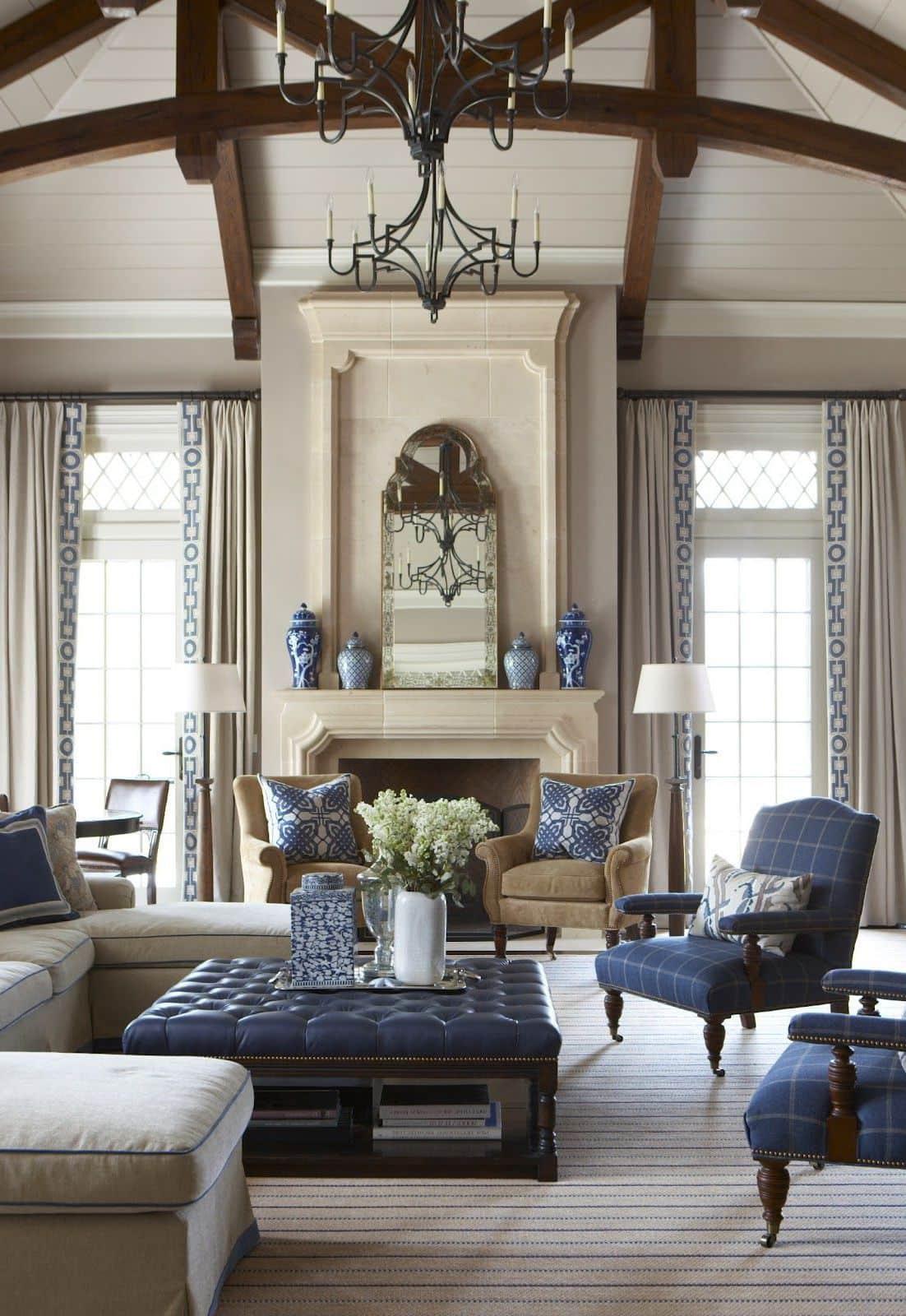 Синяя мебель находится в центре внимания всего интерьера