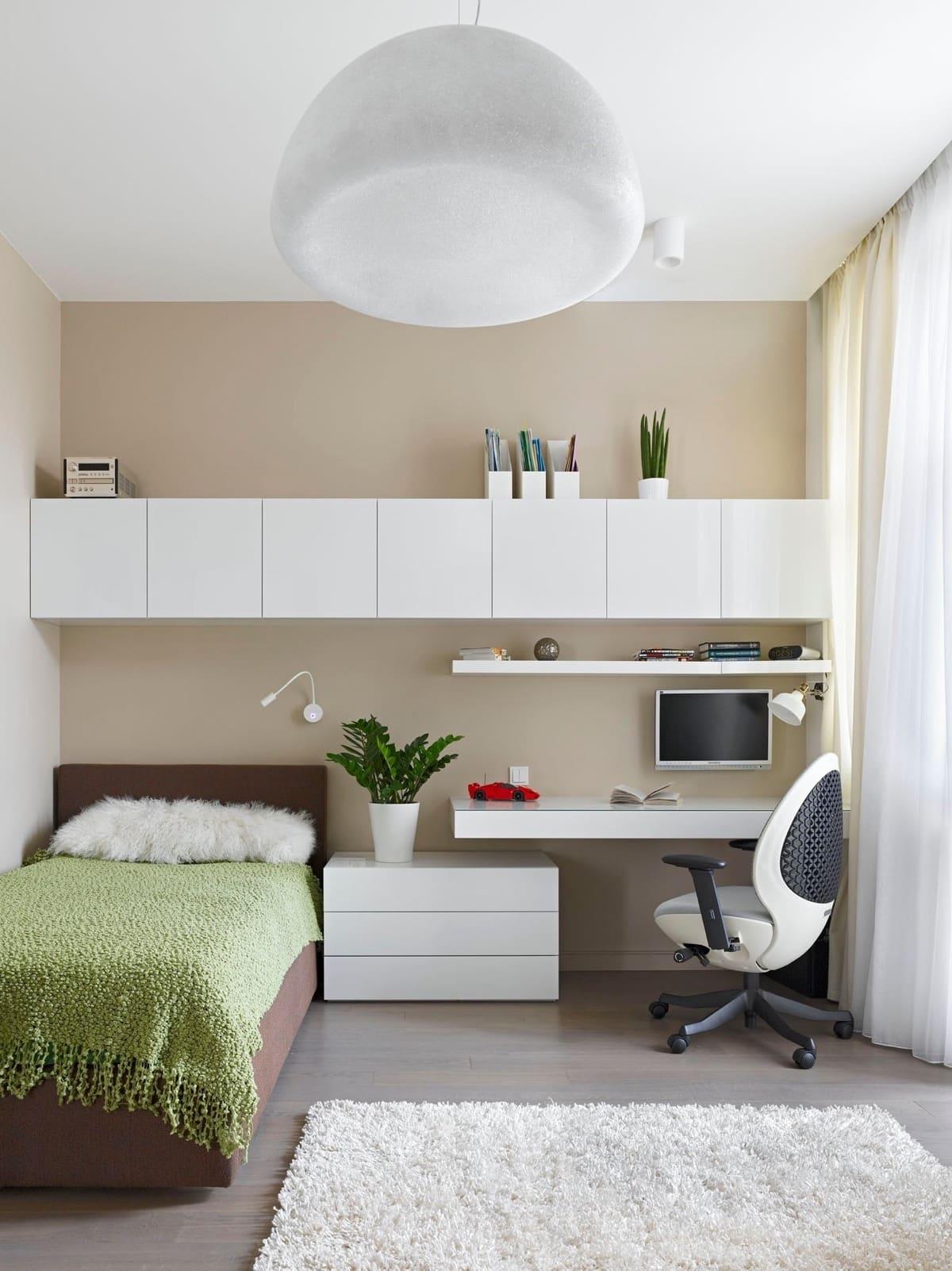 Белая мебель на фоне бежевой стены смотрится просто потрясающе