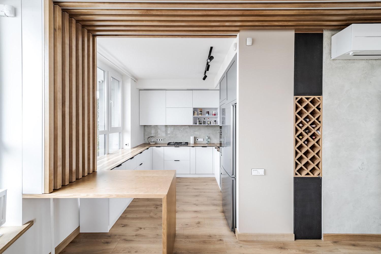 Деревянные рейки над столом помогут сделать интерьер более приятным и «живым»