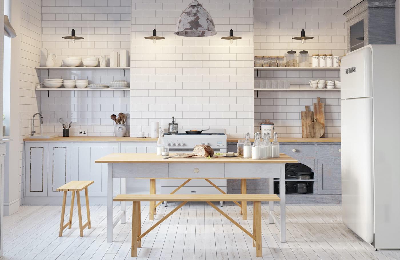 Обычно кухонный стол подбирается исходя из дизайна столешницы, смотрится стильно, современно и удобно