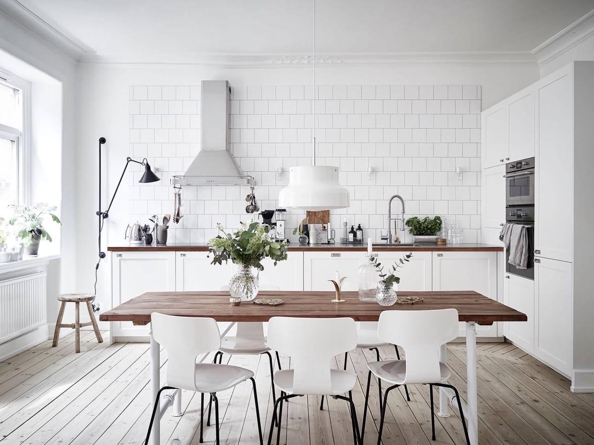 Цветы и растения позволяют сделать интерьер кухни в стиле кантри законченным и цельным