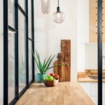 белая кухня с деревянной столешницей фото 14