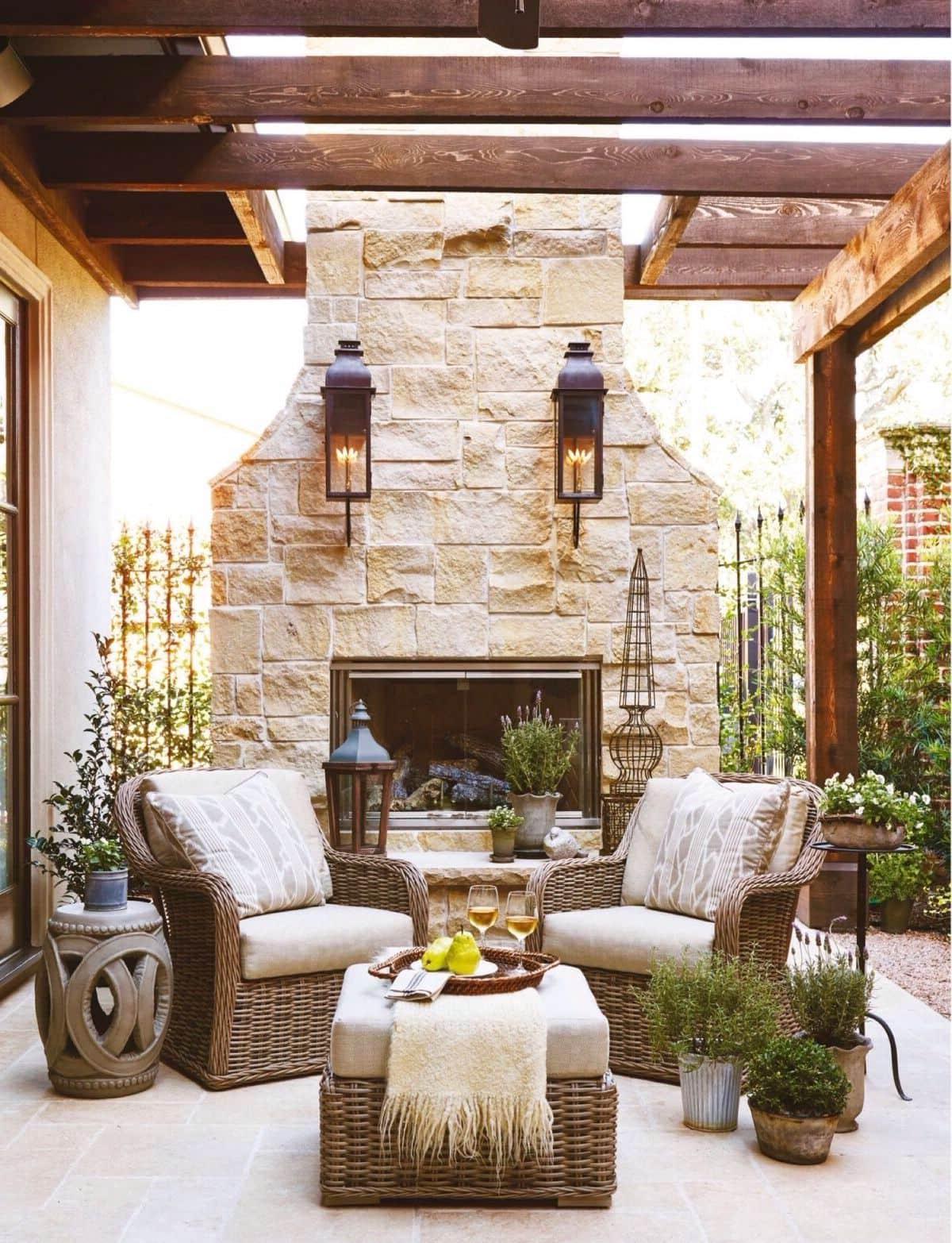 Красиво организовать камин можно как внутри, так и снаружи дома