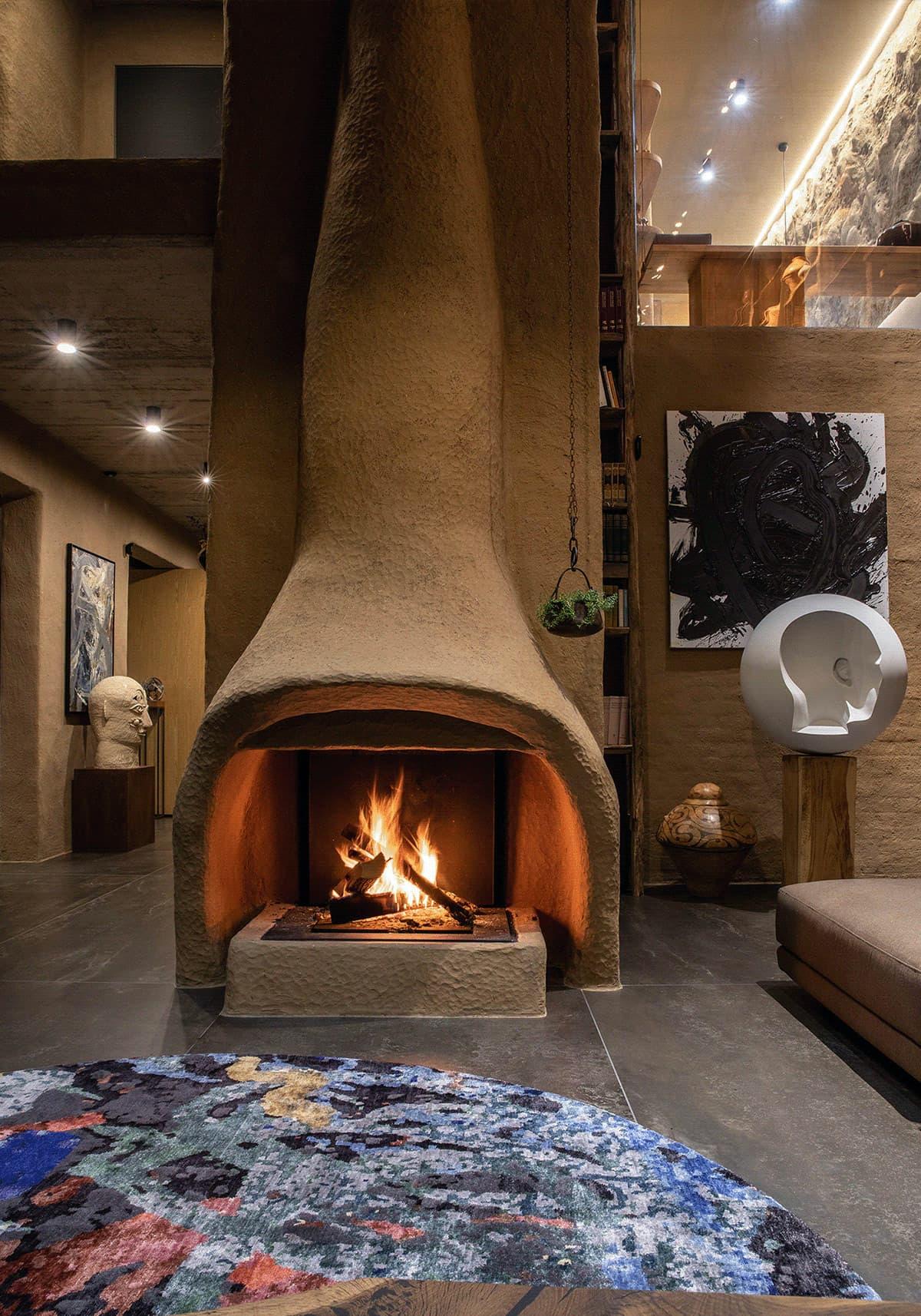 Большой камин на дровах с красивым дизайном