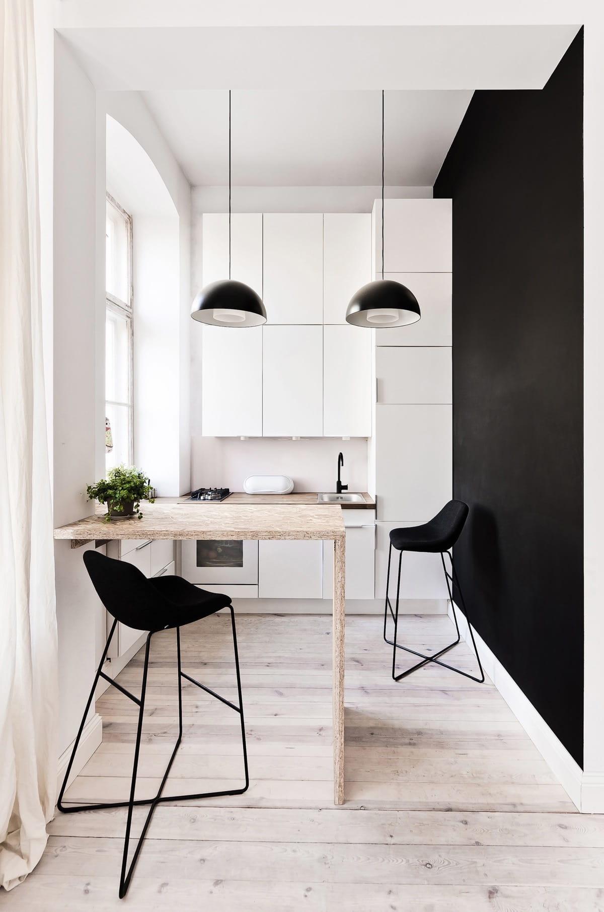 Красивый и сдержанный интерьер маленькой кухни