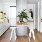 белая кухня с деревянной столешницей фото 12