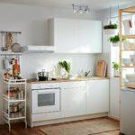 белая кухня с деревянной столешницей фото 3