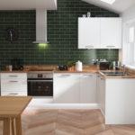 белая кухня с деревянной столешницей фото 6