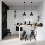 белая кухня с деревянной столешницей фото 8