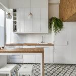 белая кухня с деревянной столешницей фото 2