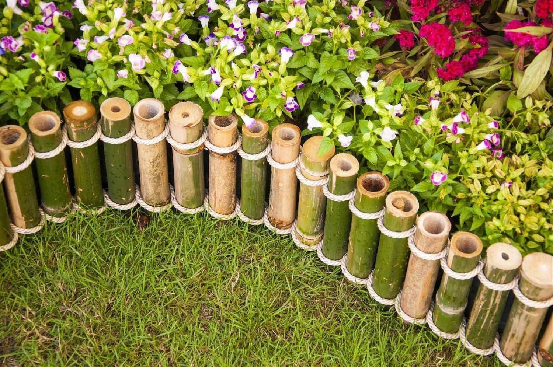 Идеи ограждения клумбы из из стволов бамбука