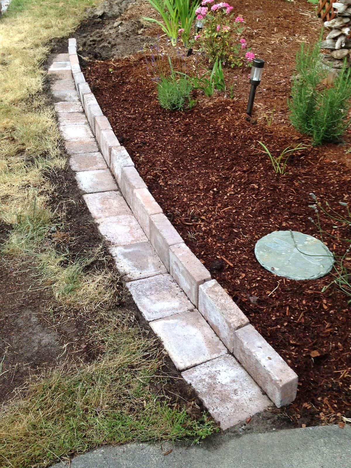 После укладки кирпича, с внешней стороны можно сделать небольшую отмостку, которая будет препятствовать росту травы и сорняков