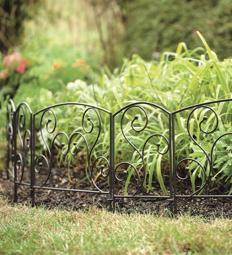 Декоративное металлическое ограждение хорошо смотрится смотрятся на фоне растений