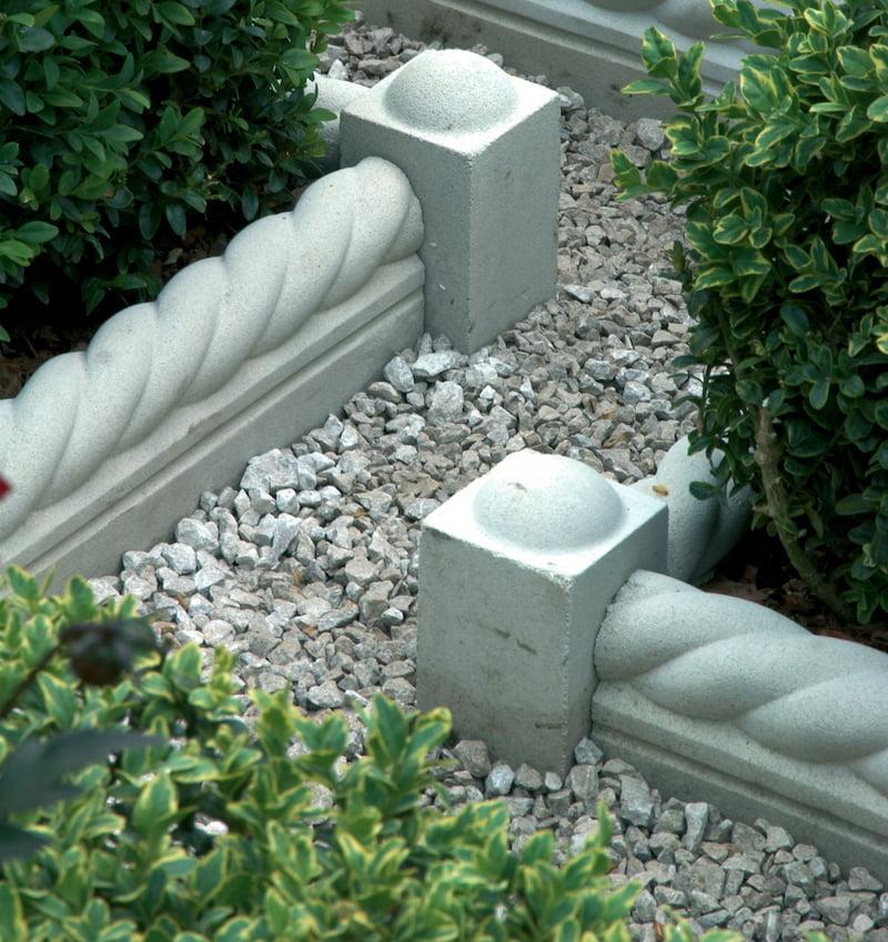 Краска на бетоне хорошо держится, поэтому ограждающую конструкцию не придется красить слишком часто