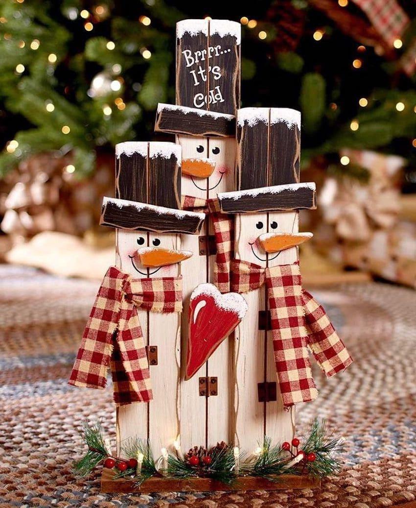 Забавные снеговики из старых досок