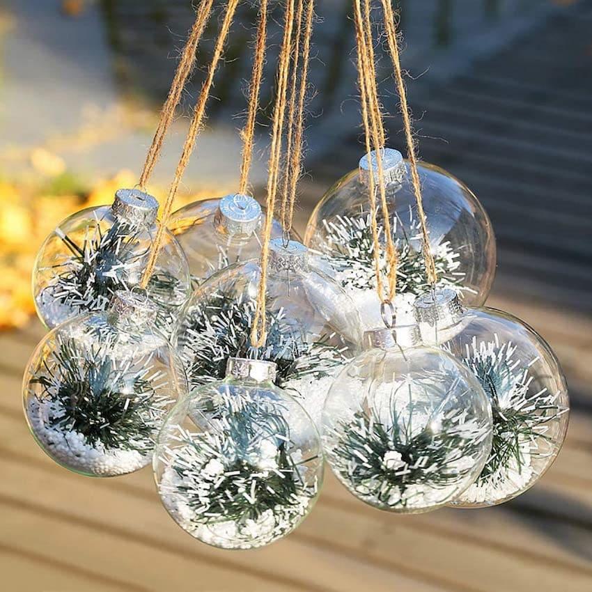 Для декора новогодних шаров можно использовать абсолютно любые украшения