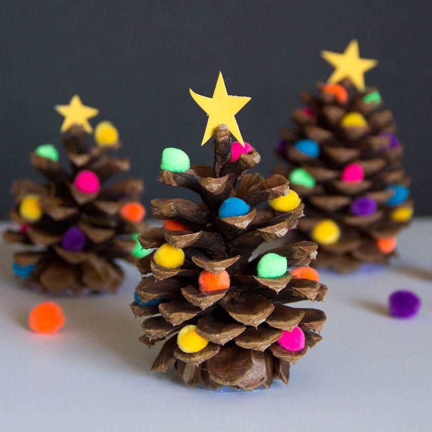Симпатичный миниатюрные елочки сделанные из цветной бумаги, помпонов и шишек