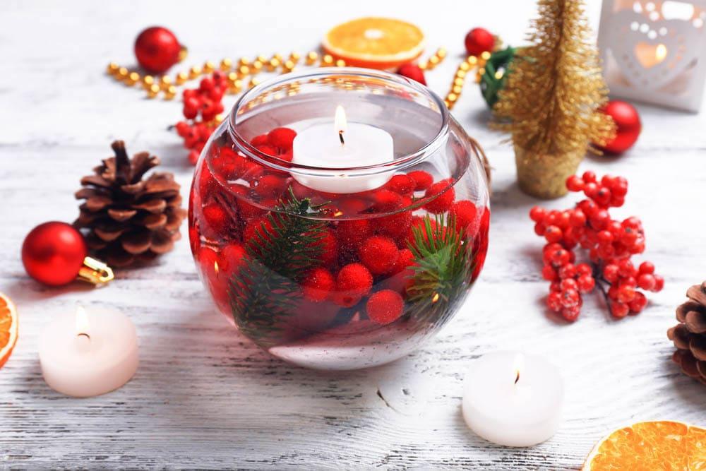 Красная рябина и зеленые хвойные лапки – эффектное дополнение к плавающей в воде свече