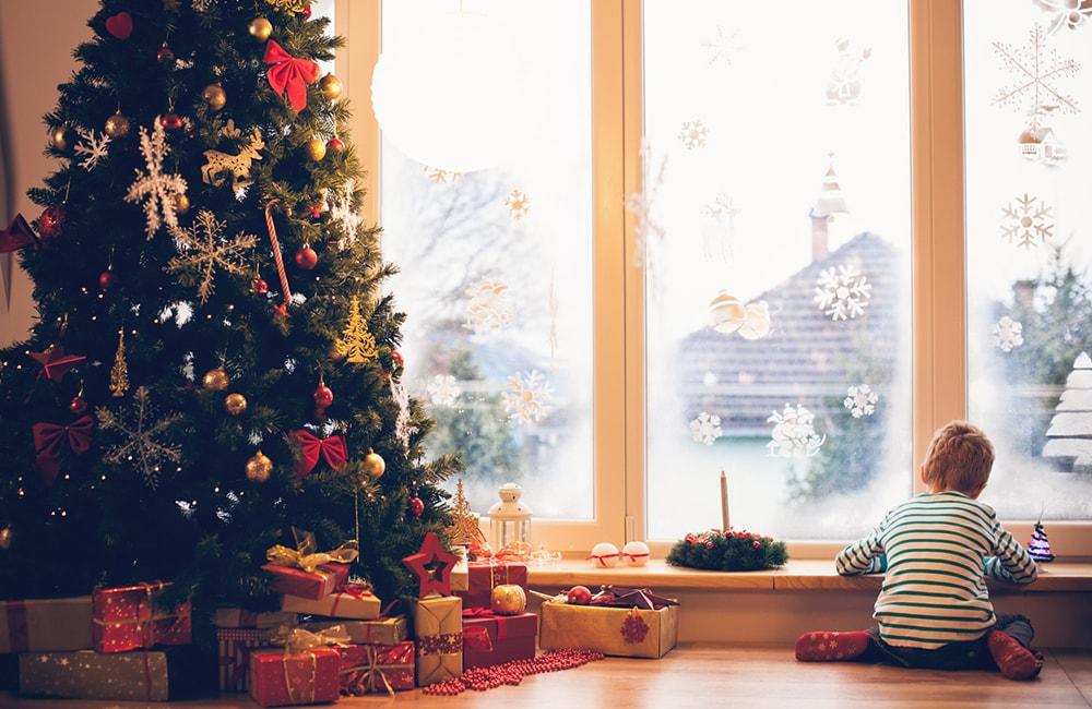 Снежинки на стекле должны сделать деду морозу подсказку, что в этом доме его обязательно ждут
