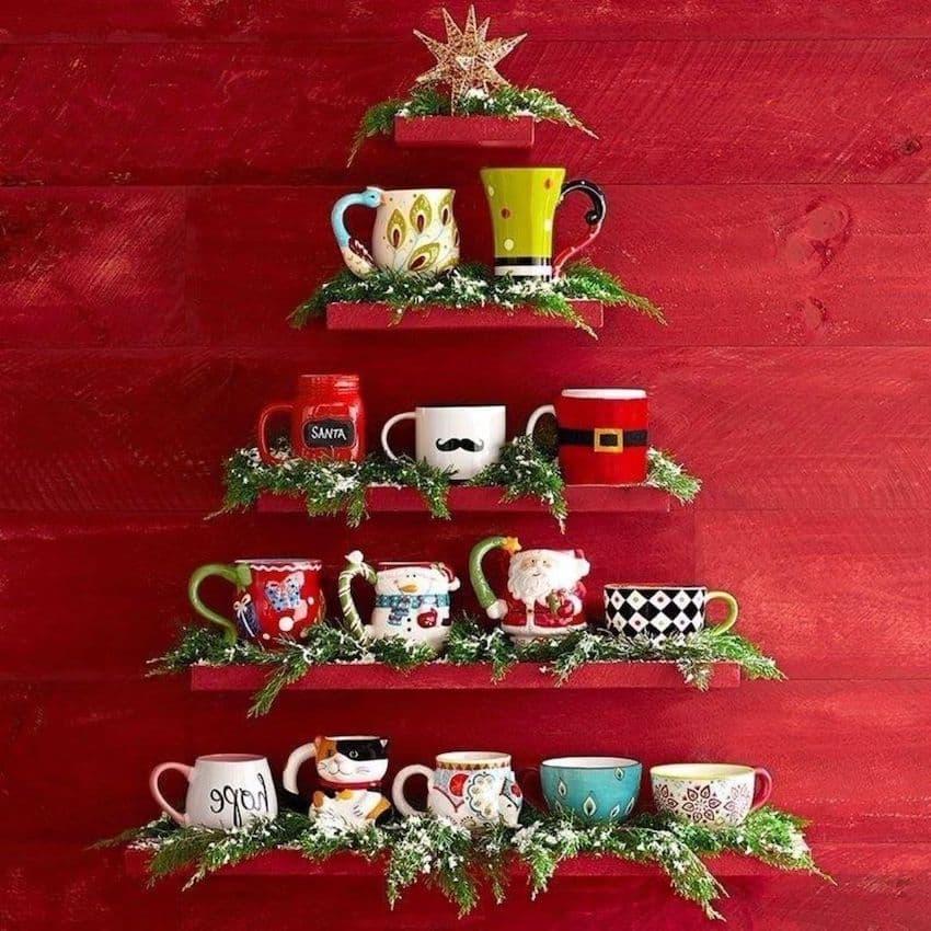 Стильные полки с кружками в форме новогоднего дерева