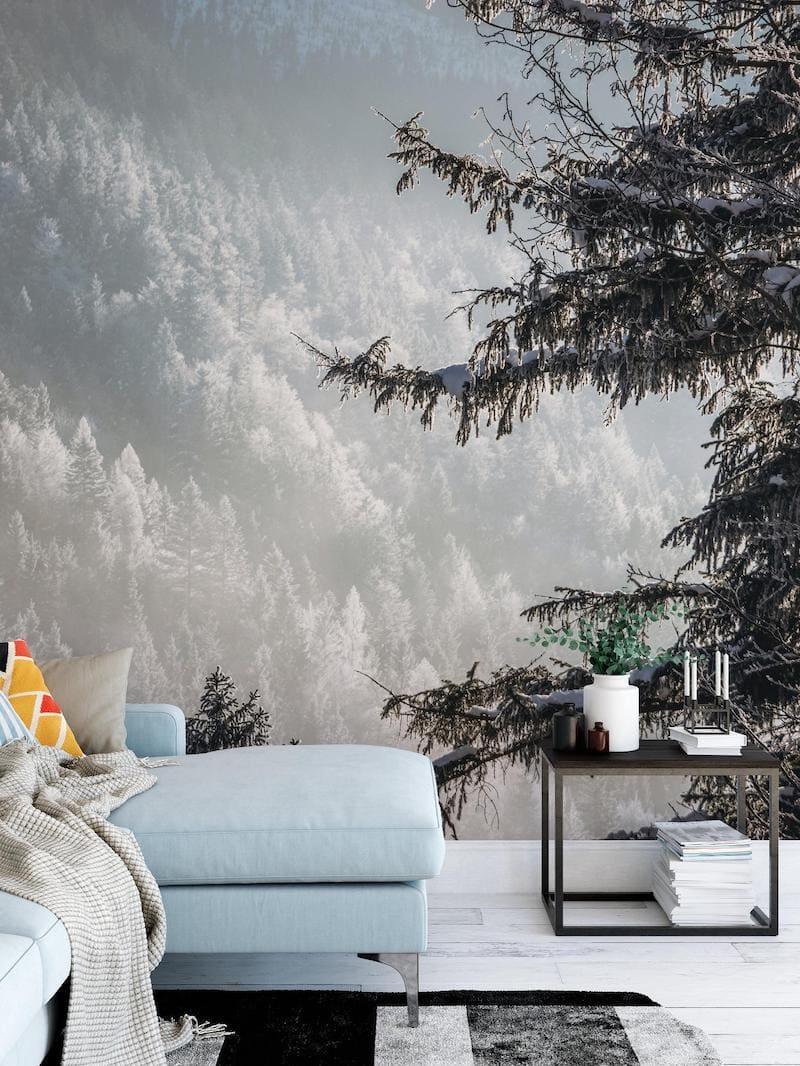 Склон горы с покрытыми снегом елками