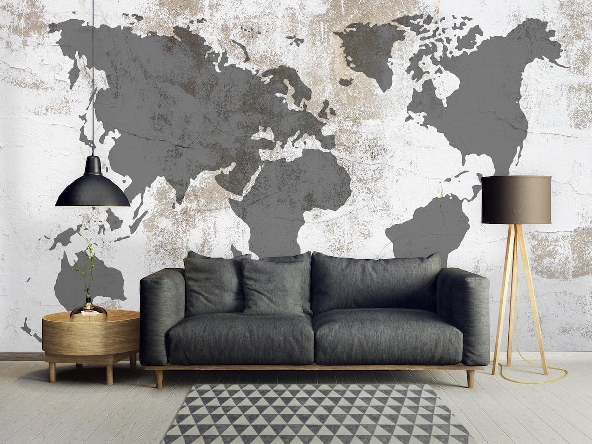 Интересный вариант оформления гостиной комнаты с картой мира на стене