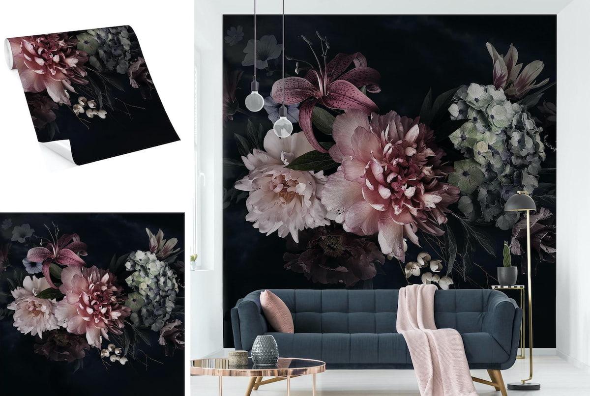 Пышные цветы на стене