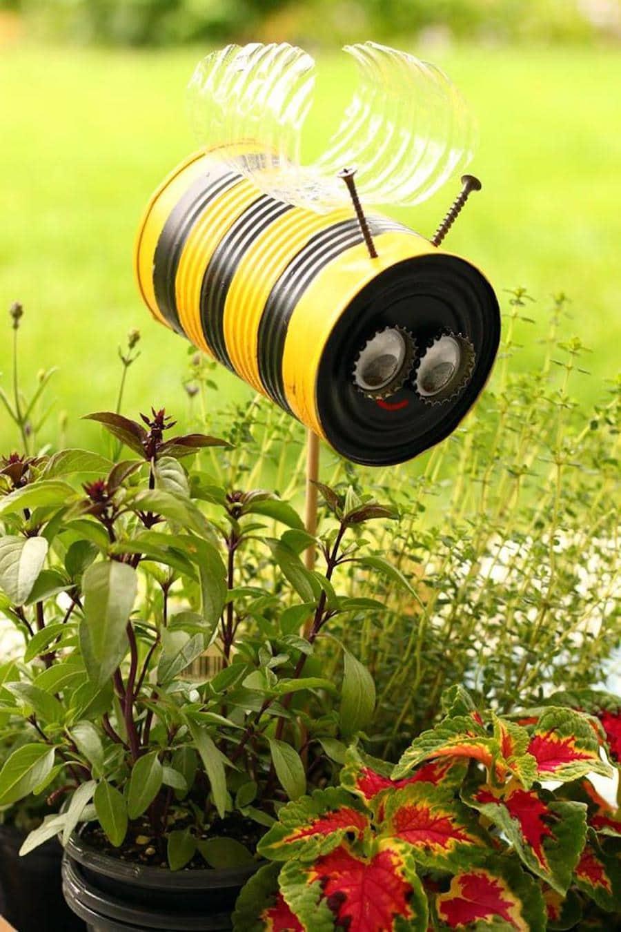 Пчелка из жестяной банки станет прекрасным дополнением для клумбы в саду