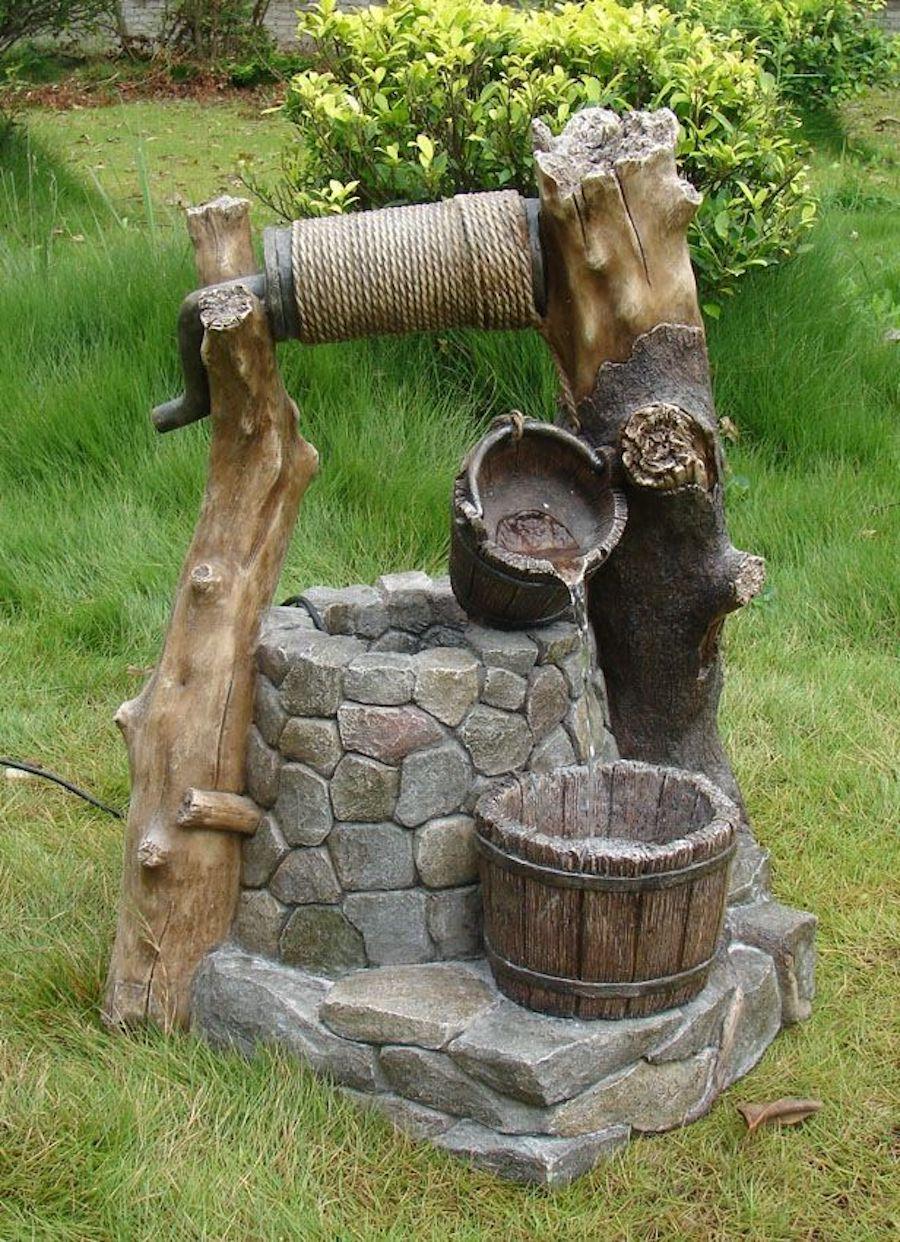 Декоративный колодец из стволов дерева и камней