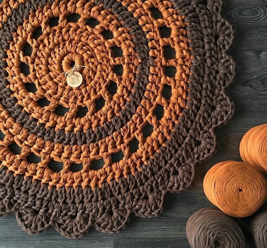 Коричневый коврик хорошо сочетается практически со всем цветовым рядом