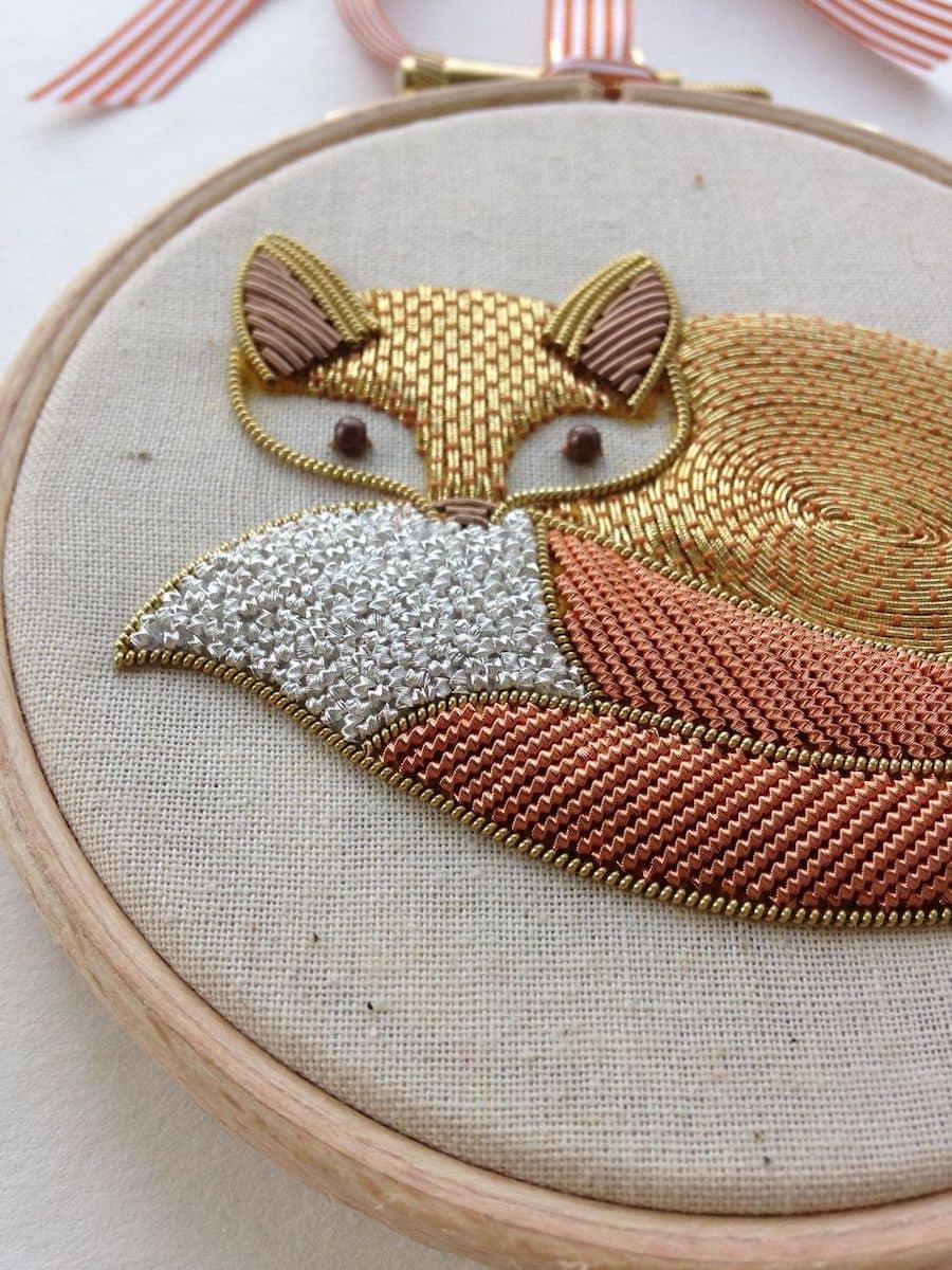 Красивая вышивка лисы на полотне