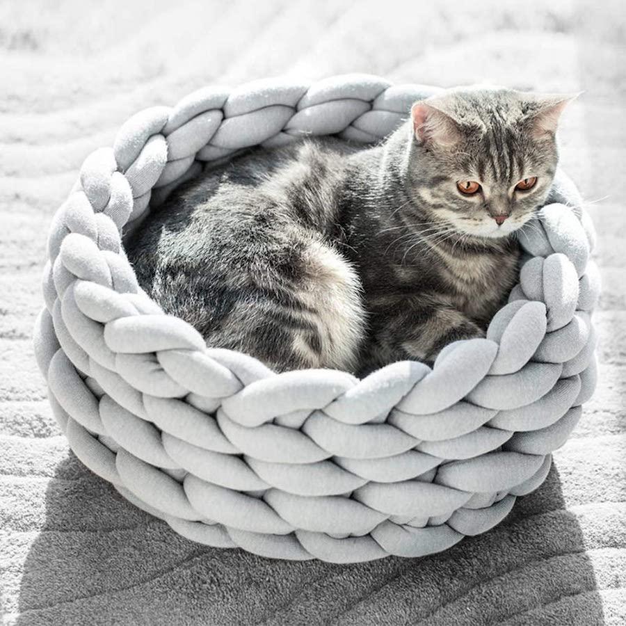Мягкая корзина, связанная из толстых веревок, может стать уютным домом для вашего любимого питомца